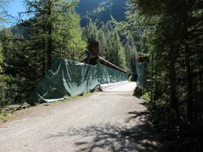 Ponte Felizon, sospeso su una grande spaccatura, lungo la ciclabile, tra Cortina e Cimabanche.