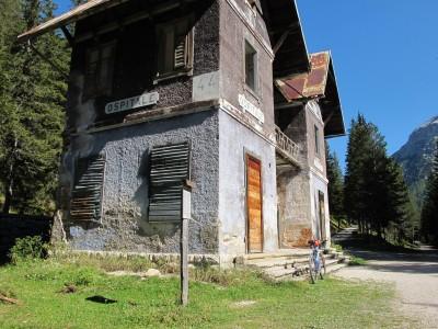 La vecchia stazione di Ospitale, sulla ciclabile Cortina - Dobbiaco.