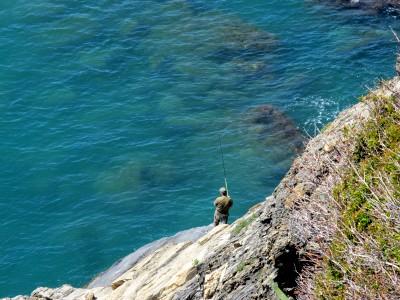 Un pescatore crea un curioso diversivo su questa passeggiata per me un po troppo tranquilla.
