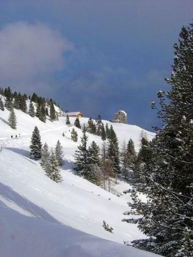 Il Rifugio Vallandro sulla sinistra e le rovine del Forte sulla destra.