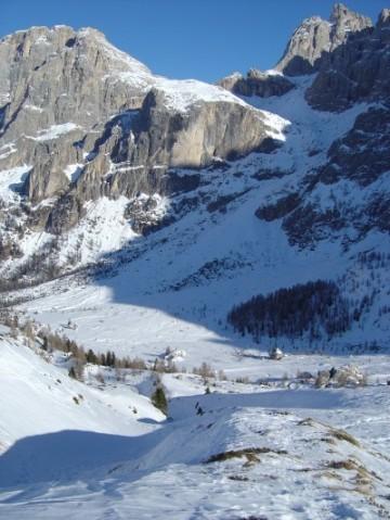 Scendendo da Baita Segantini lungo Val Venegia, in fuori pista.