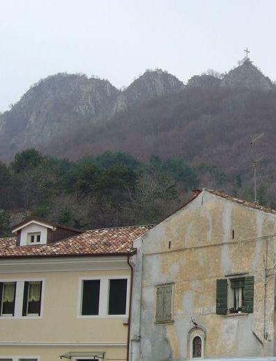 Vista del monte Altare da Vittorio Veneto. La croce visibile anche dalla piazza di Vittorio Veneto, non sta sulla cima piu alta.