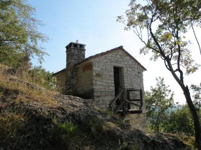 Uno scorcio del Bivacco Marsini, sul sentiero tra Mondaresca e Molinetto della Croda.