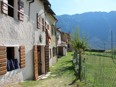 Un altro scorcio di Borgo Caloniche di Sopra. Alle nostre spalle inizia il sentiero che ci porterà nuovamente verso Borgo Caloniche di Sotto.