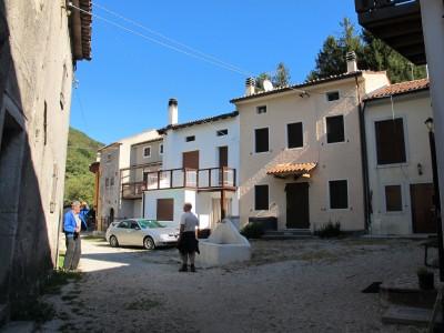 La piazza con la fontana a Borgo Caloniche di Sotto. Quattro chicchiere fanno sempre piacere.