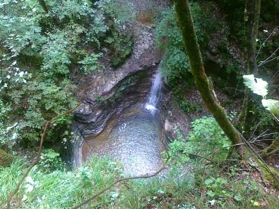 Breve deviazione fuori sentiero (non saprei ritornarci) per vedere questo piccolo spettacolo di cascata e relativo laghetto. Ne valeva la pena!