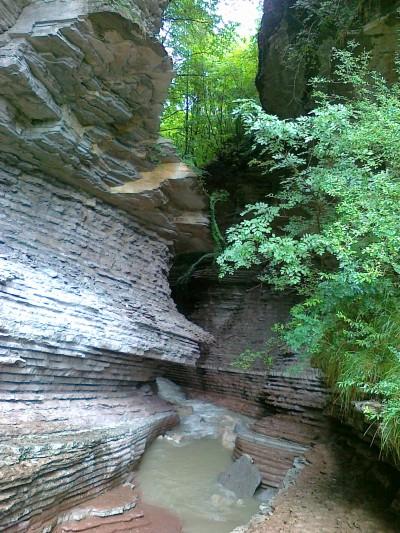 La gola vista dal ponte. Notare il colore dell'acqua dovuto alle piogge recenti.