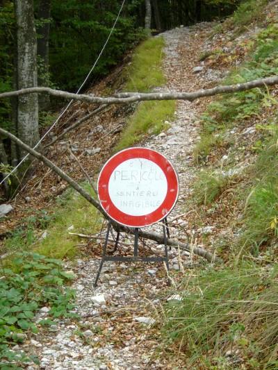 Lasciamo sulla sinistra il tracciato precedente, che passava ai piedi dell'area franosa.