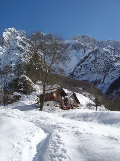 Eccola! Casera Ditta! A poco meno di 1000 metri di altitudine. Aperta tutti i giorni (tel.0427879010), offre sia servizio di cucina sia una ventina di posti letto.