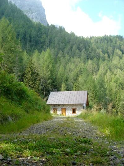 La piccola casera Campiut, chiusa ma in ottime condizioni.