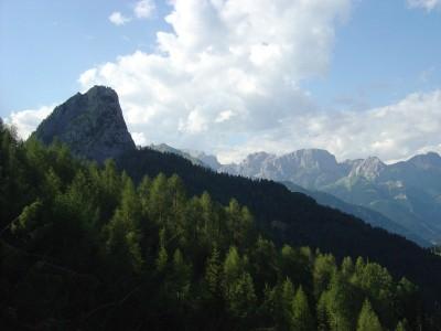 Il Monte Tuglia, ai piedi del quale sorge la casera Malga Tuglia.