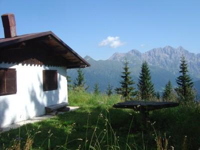 Il piccolo rifugio Cacciatori di Rigolato (chiuso), sul monte Talm.
