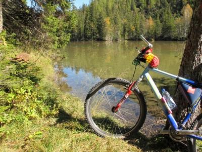 Lago Rufiedo, tra Ospitale e Cimabanche. Un piccolo gioiellino trasparente, lungo la ciclabile.