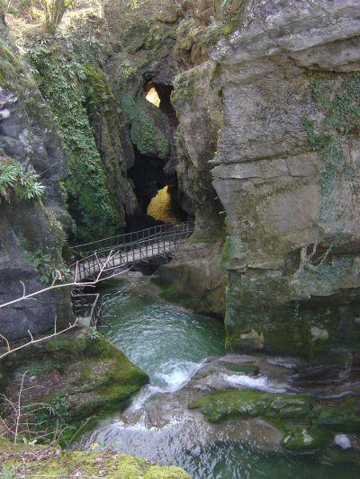 Le mitiche Grotte del Caglieron. Non potete non essere mai passati da queste parti, e soprattutto ricordatevi che ci dovete ritornare durente stagioni diverse, per ammirarle in una veste sempre nuova.