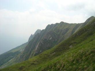 Sulla via del rientro, uno sguardo alla cresta percorsa.