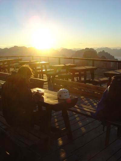 Colazione al Rifugio Lorenzi. E' l'alba e la giornata si preannuncia meravigliosa.
