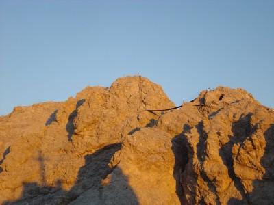 Vista sul ponte sospeso, all'alba, dal Rifugio Lorenzi.