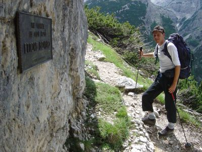 La targa della ferrata Ettore Bovero (25 luglio 1965) si trova in realta' un po' prima dell'inizio vero e proprio, quasi a confortare chi sale. L'avvicinamento, dopo il bosco, ha ancora una buona parte su roccia prima di giungere in vista dell'attacco.