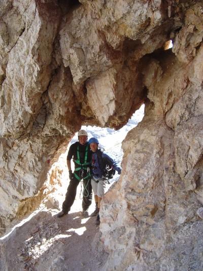 Sulla via del rientro, un suggestivo passaggio sotto un arco di roccia.