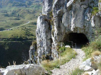 Dal sentiero delle Meatte, uno sguardo indietro verso Pian de la Bala e la strada che scende da Malga Val Vecchia.