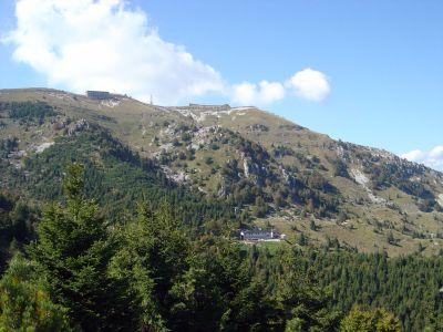 Alla fine della Ferrata Guzzella, sul sentiero che porta alla cima. Da qui scenderemo alla Malga Val Vecchia, visibile qui al centro della foto, in mezzo al bosco.