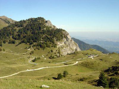 Scendendo dalla Malga Val Vecchia. Pian de la Bala ed il sentiero Meatte che s'incunea tra le rocce. Sarà il nostro sentiero del ritorno.