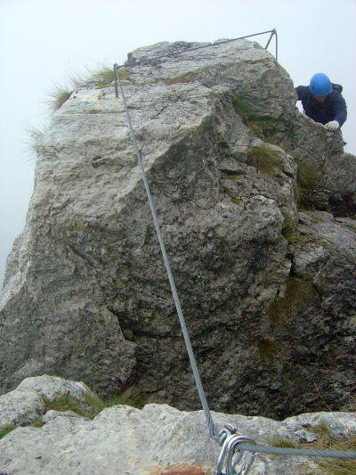 Dopo alcuni metri di salita, si guadagna la cima di un piccolo campanile. Il passo successivo sarà passare la simpatica fenditura, qui visibile in centro foto.