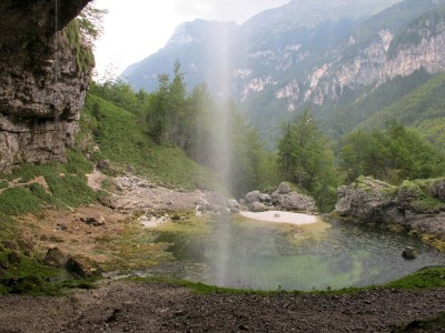 Un breve sentiero gira intorno al piccolo laghetto portandosi dietro alla cascata. Panorama uggioso dall'antro che sta proprio sotto al Fontanone di Goriuda.