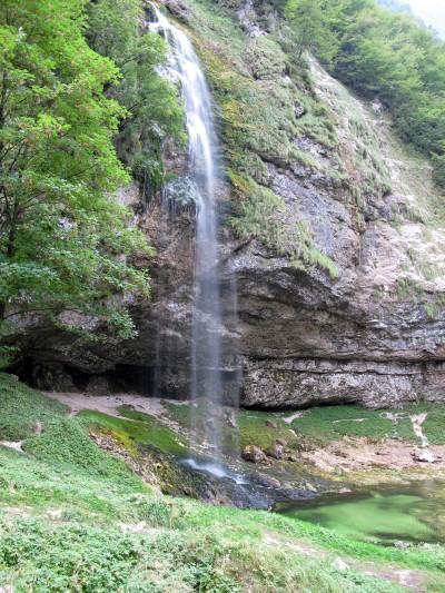 Pochi minuti di camminata nel bosco e raggiungiamo il Fontanone di Goriuda. Quasi un peccato che sia così vicino alla strada!