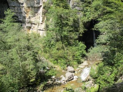Salendo lungo il sentiero in bosco, da una piazzola possiamo ammirare la confluenza tra Vinadia e Picchions, compresa la meravigliosa cascata di quest'ultimo.