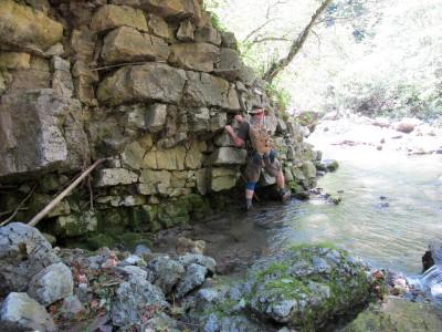 Non solo di guadi si bagna l'uomo. Anche per raggiungere la cascata del Picchions siamo costretti ad assaggiare l'acqua.