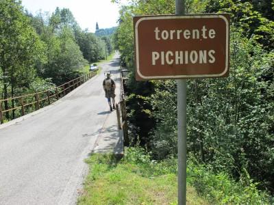 Una volta riguadagnata la strada in corrispondenza del ponte sul Picchions (qui riportato come Pichions) non ciresta che puntare verso il vicino campanile e raggiungere l'auto.