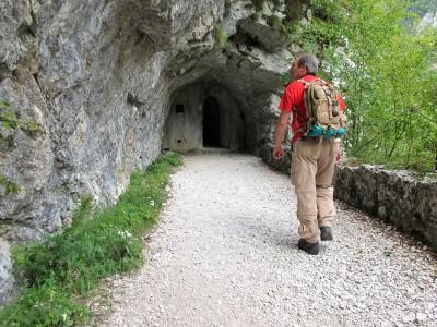 La cengia per forte Hermann (poco più di un kilometro di percorso) conduce in pochi metri ad un tunnel trincea.