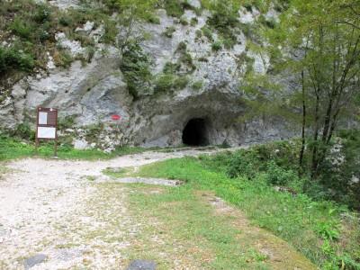Entriamo in Slovenia dal Passo del Predil, e scendendo verso Bovec ci fermiamo al Forte della Chiusa (Kluze). Qui in foto la piccola grotta e sulla destra la cengia che porta a forte Hermann.