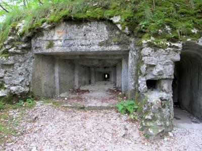 L'uscita del tunnel trincea sul percorso per forte Hermann. Dalla piccola finestra si può vedere l'ingresso sul lato opposto del lungo tunnel.