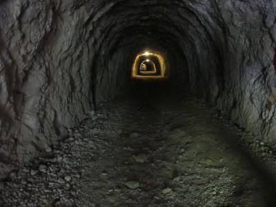 L'interno del tunnel sul cammino per forte Hermann. Sul lato verso la valle una serie di spiocini consentiva il controllo della strada lungo il torrente Koritnica.