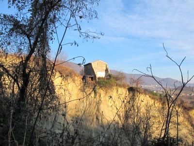 Casa sul margine di una frana, poco lontano dalle grotte del Caglieron.