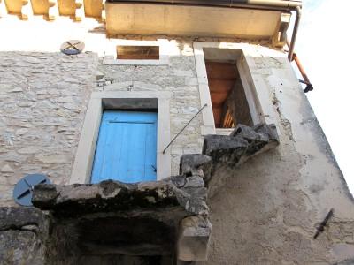 Particolare di una casa del borgo dove scende il 1037b. Dietro la casa gira il sentiero.