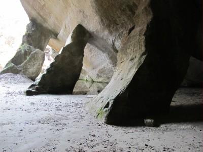 Possenti pilastri lasciati a sostegno delle grotte artificiali.