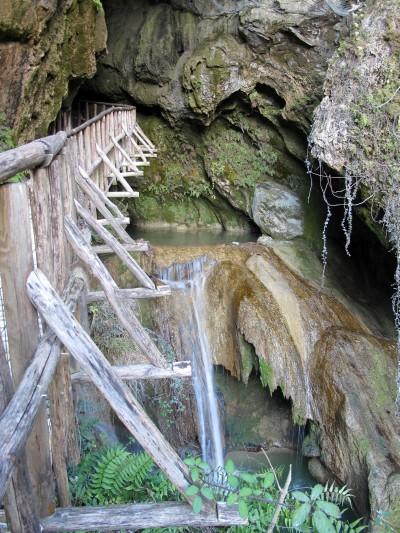 Su passerella ci si avvicina all'imboccatura sud delle Grotte del Caglieron.
