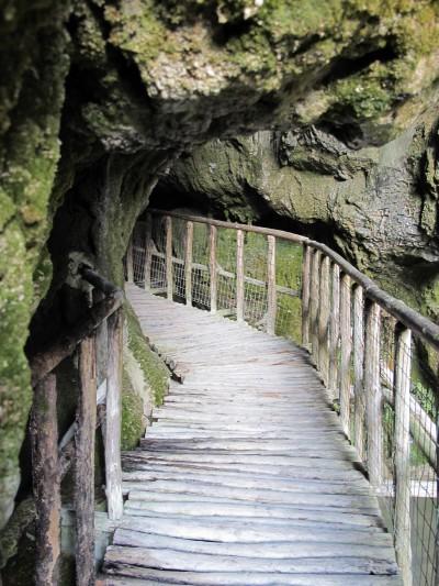 Particolare dell'ingresso sud delle Grotte del Caglieron.