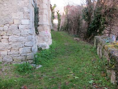 Il sentiero 1037b, lascia il borgo e si avvicina rapidamente alle Grotte del Caglieron.