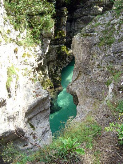 L'Isonzo, placido sul fondo di una delle gole che si e' scavato negli anni. Si intravvedono anche alcune trote. Non fatevi ingannare dalla trasparenza, qui ci sono metri d'acqua, non pochi centimetri!