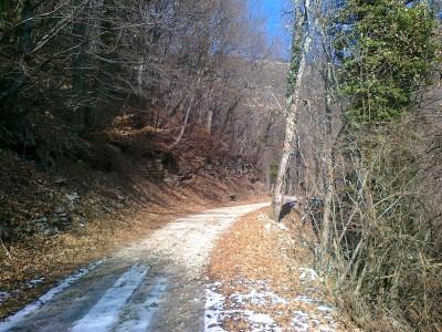 La strada è buona, tranquilla, sale in modo costante e lascia spazio per non pensare e salire a mente sempre più vuota.