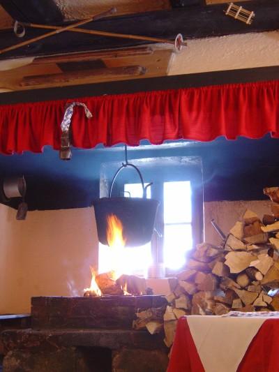 """All'interno, Malga Rolle, sembra il concretizzarsi del termine """"calda accoglienza"""". Come si fa a non rilassarsi vicini ad un fuoco come questo?!?"""