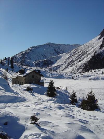 Ecco il Rifugio Colbricon! Alla sua destra, quella parte bianca e piatta e' uno dei Laghi del Colbricon. Notare le impronte di varia natura sulla superfice ghiacciata ed innevata.