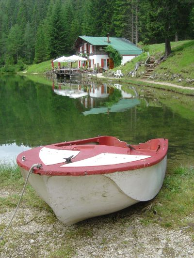 Pace e relax sulle sponde del piccolo lago d'Ajal.