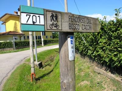 Il segnavia 701 a Campomolino, dove inizia il Percorso del Bosco Zacchi (oggi interrotto dalla costruzione di una nuova strada).