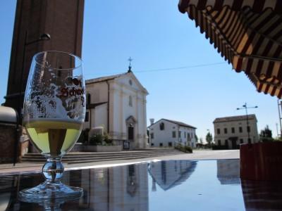 La tranquilla piazza di Campomolino, vista dall'osteria di fronte la chiesa.