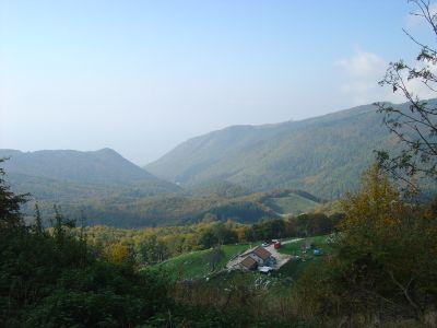 Malga Cercenedo vista dalla traccia che da nord ne aggira i confini.